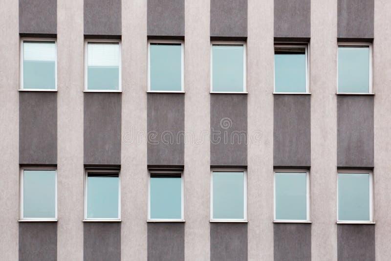 Udziały Windows na fasadowej kondygnaci nowożytnym domu obrazy stock