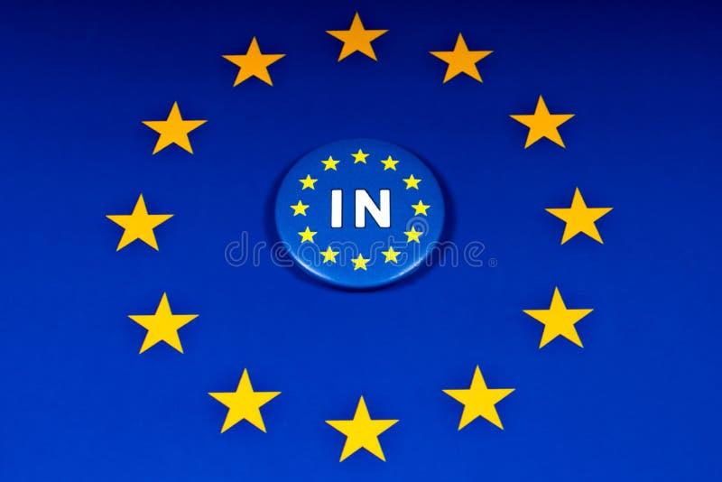 UE dans l'insigne et le drapeau d'UE image stock