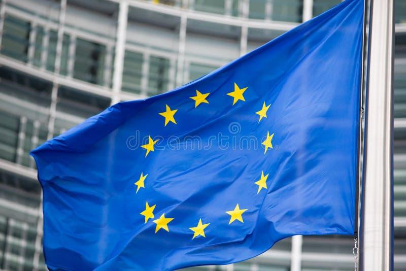 UE flaga zakończenie up przed Berlaymont zdjęcia royalty free
