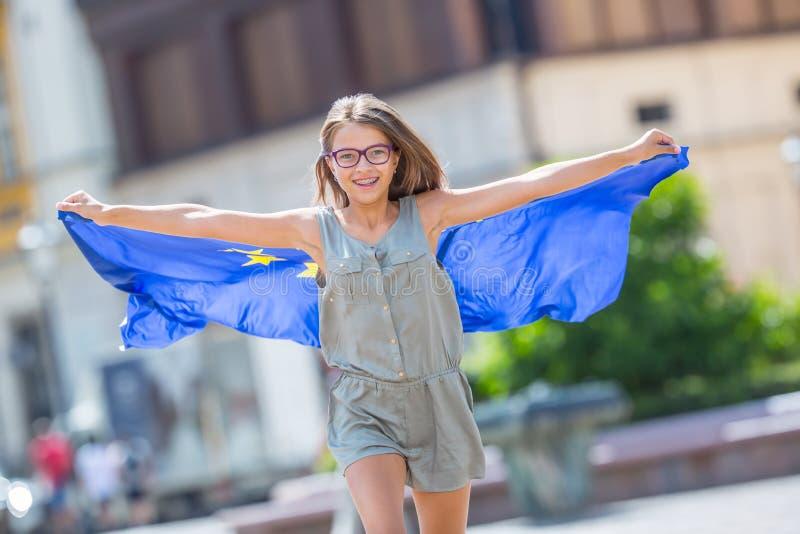 UE zaznacza Śliczna szczęśliwa dziewczyna z flaga Europejski zjednoczenie Yo zdjęcia royalty free