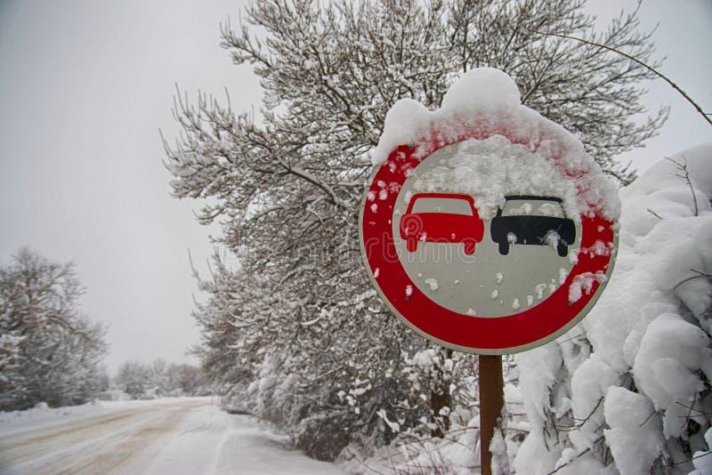 Ueberholverbot unterzeichnen herein Winter stockbilder