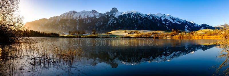 Uebeschisee och Stockhorn i morgonsolen - Schweiz, Europa arkivfoto