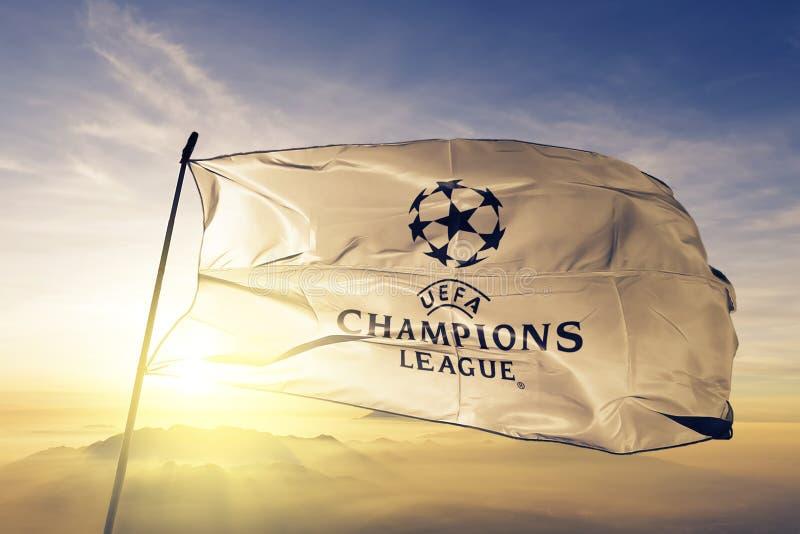 UEFA champions league loga flaga tkaniny tekstylny sukienny falowanie na odgórnej wschód słońca mgły mgle ilustracji