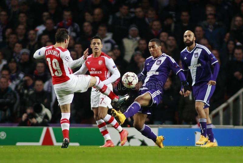 UEFA verdedigt Ligaarsenaal v Anderlecht stock afbeeldingen