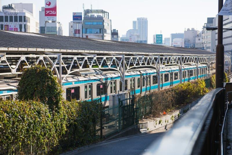 UENO, JAPAN - 18. FEBRUAR 2016: Der Zug an Ueno-Eisenbahnnotfall lizenzfreie stockbilder
