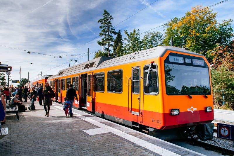 Uetlibergtrein met vele toeristenmt Uetlibergpost, Zürich stock afbeeldingen