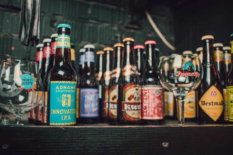 Ufa, Rússia, barra querida, o 5 de novembro de 2018: Uma variedade de tipos populares da cerveja Muito incluir dos tipos doméstic imagens de stock