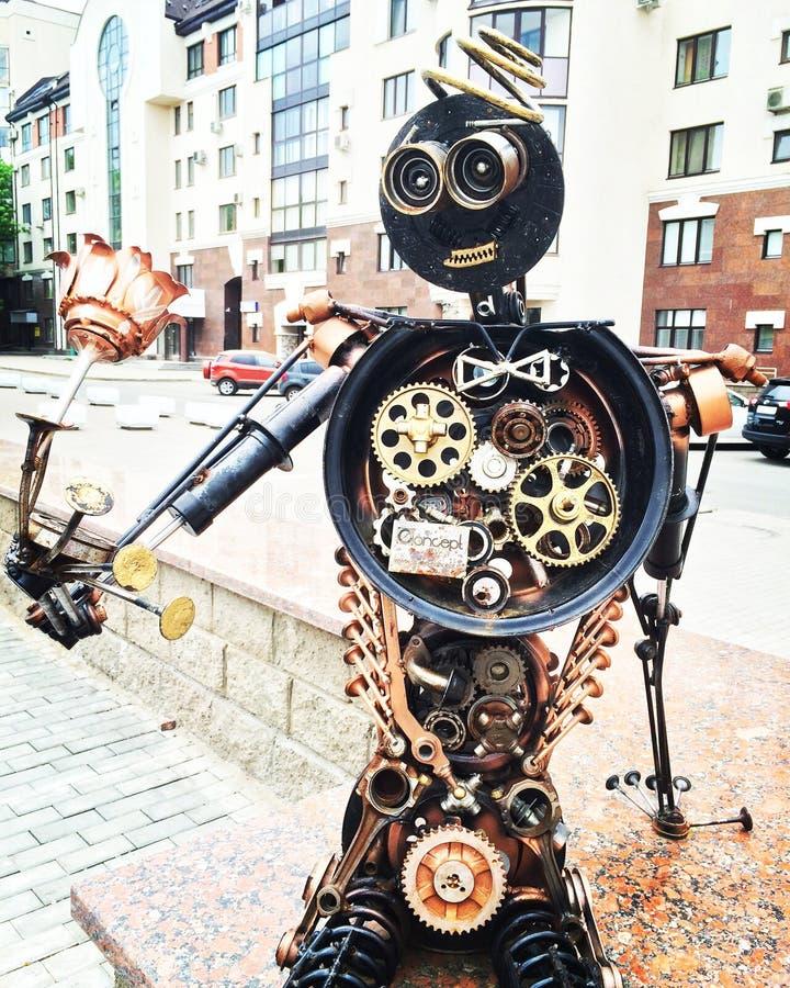 UFA, R?SSIA - 7 DE ABRIL DE 2019: homem do ferro com escultura da flor das pe?as do carro em uma rua da cidade fotos de stock royalty free