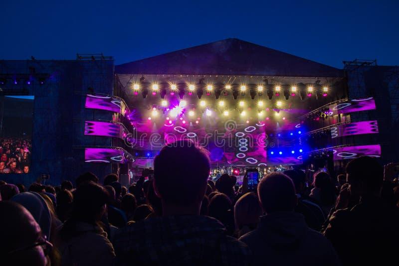 UFA, RÚSSIA - 15 DE JUNHO DE 2019: Multidão grande do concerto no festival exterior do verão fotos de stock