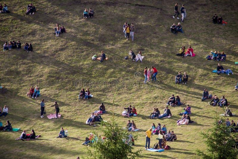 UFA, RUSSIA - 15 GIUGNO 2019: Molti piccoli gruppi di persone sulla collina fotografie stock
