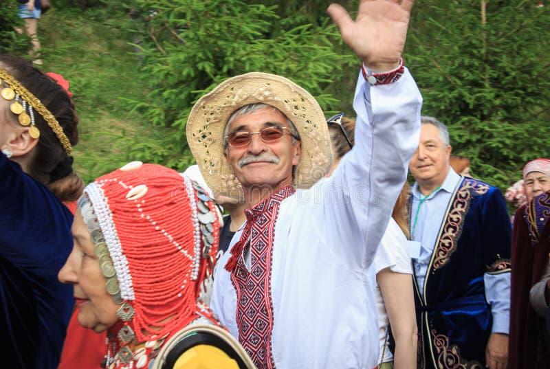 UFA, RUSSIA - 12 GIUGNO 2019: parata piega del costume La gente della palude differente delle culture e ballo e risata insieme fotografia stock