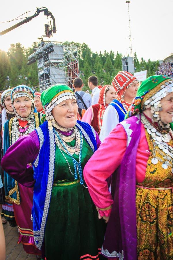 UFA, RUSSIA - 12 GIUGNO 2019: parata piega del costume La gente della palude differente delle culture e ballo e risata insieme immagini stock
