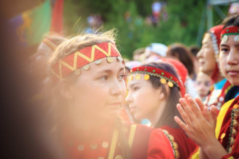 UFA, RUSSIA - 12 GIUGNO 2019: parata piega del costume La gente della palude differente delle culture e ballo e risata insieme immagine stock libera da diritti