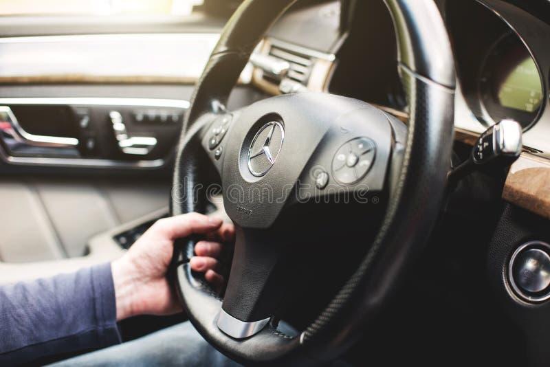 Ufa, Russia, l'11 maggio 2018: La mano dell'autista del primo piano tiene la ruota di un'automobile di Mercedes-Benz immagini stock