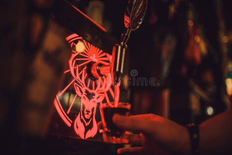 """Ufa, Russia, PUB di S di HARAT """", il 15 novembre 2018: Bevande dell'alcool di Jagermeister nella barra il barista versa un vetro fotografia stock"""