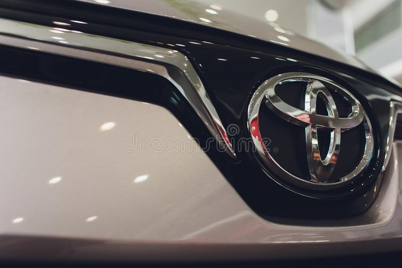 Ufa Ryssland - 14 Februari 2019 All-nya Toyota Corolla ankom till återförsäljaren Svart glansbil med återförsäljares regist fotografering för bildbyråer
