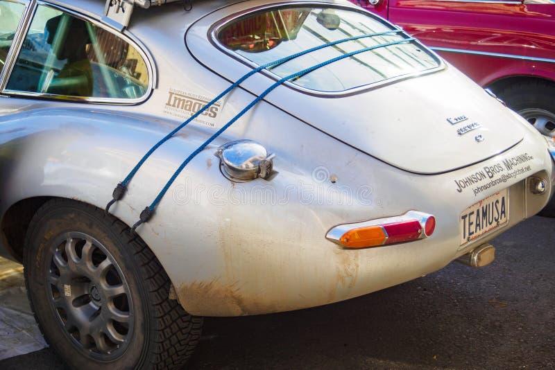 Ufa Ryssland, 22 Juni 2019: Den 7th Pekingen till den Paris motorutmaningen Den Jaguar E-typen, brittisk sportbil, tillbaka sikt royaltyfri bild