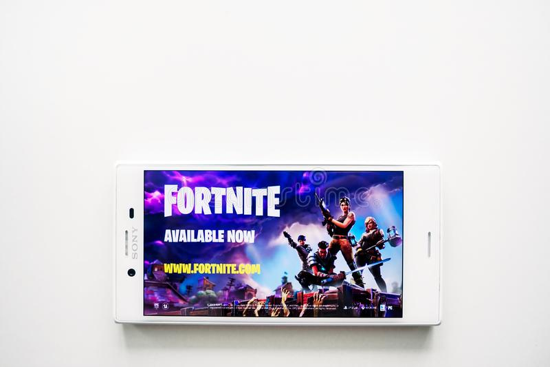Ufa Ryssland - mars 15, 2019: Fortnite lek på den Android smartphoneskärmen, telefon på vit bakgrund, kopieringsutrymme royaltyfri bild