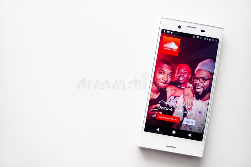 Ufa Ryssland - mars 15, 2019: SoundCloud applikation på den Android smartphoneskärmen, telefon på vit bakgrund, kopieringsutrymme royaltyfria foton