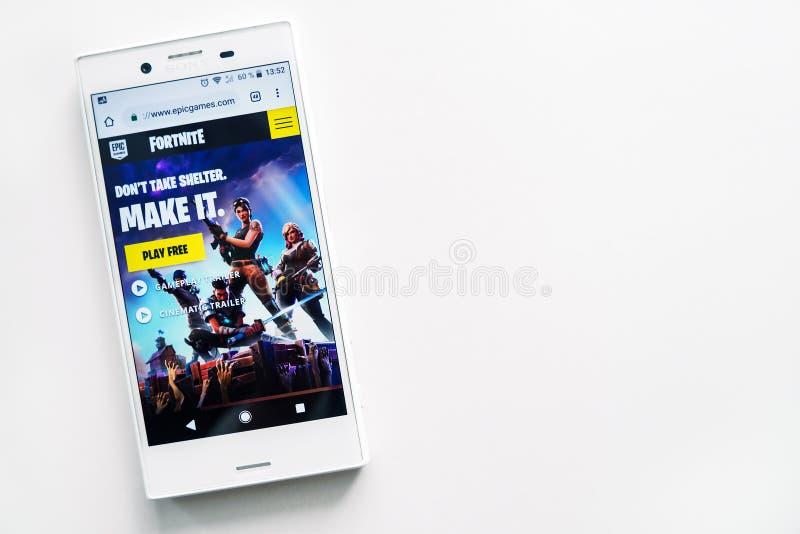 Ufa Ryssland - mars 15, 2019: startsida av Fortnite den modiga platsen på den Android smartphoneskärmen, telefon på vit bakgrund, royaltyfria bilder