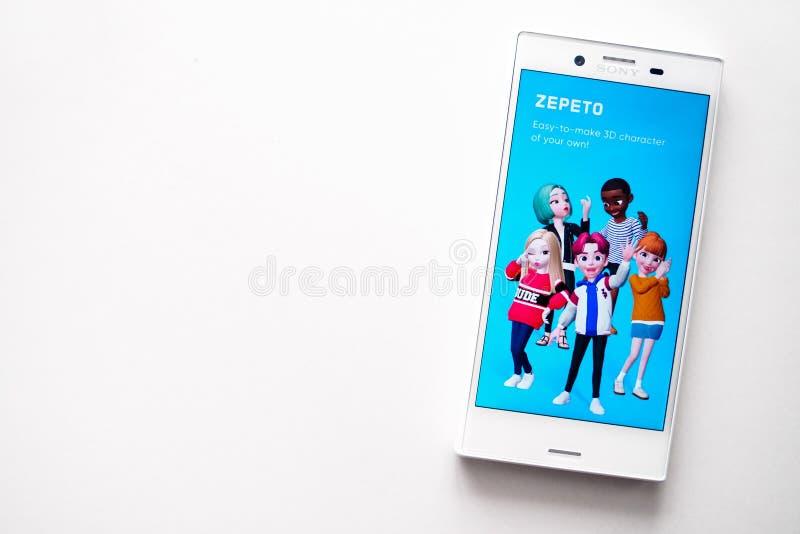 Ufa Ryssland - mars 15, 2019: ZEPETO-applikation på den Android smartphoneskärmen, telefon på vit bakgrund, kopieringsutrymme royaltyfri foto