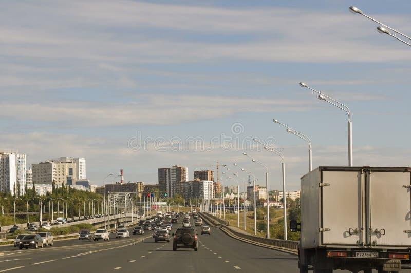 Ufa, Siberia Rusia 1 de agosto de 2017 Calles de la ciudad con las altas casas y porción de coches en verano traveling fotografía de archivo
