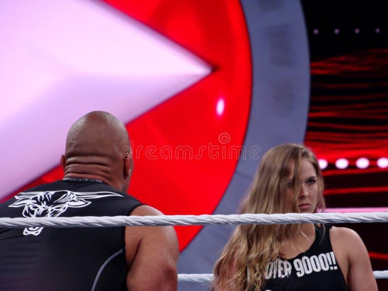 UFC-ster en Bantamgewichtkampioen Ronda Rousey en de Rots, Dwayne Johnson, in de ring tijdens Wrestlemania 31 stock foto
