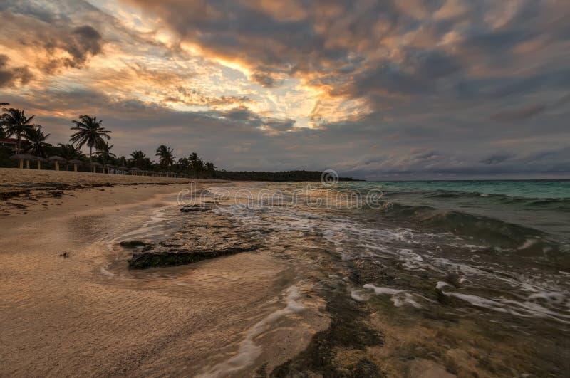 Am Ufer des Atlantiks in Erwartung des Sonnenuntergangs, Kuba lizenzfreie stockbilder