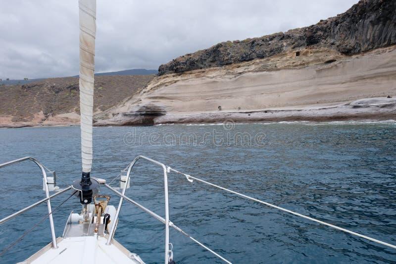Ufer- und Seeansicht von der Segelbootplattform stockfotografie