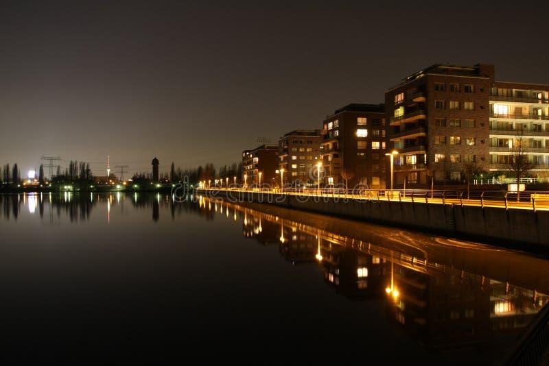 Ufer von Berlin Rummelsburg nachts stockfotos