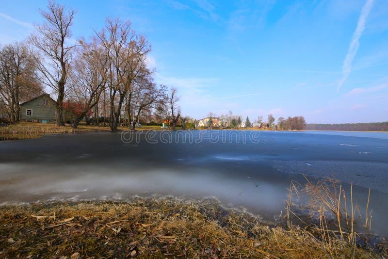Ufer von gefrorenem See als Nächstes ein thorp lizenzfreies stockbild