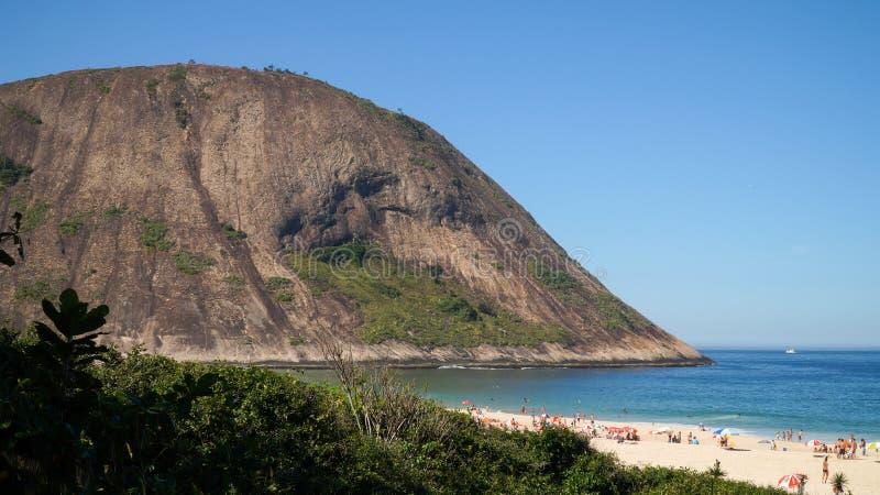 Ufer von Itacoatiara-Wanderung, wie von Itacoatiara-Strand in Niteroi, Brasilien gesehen lizenzfreies stockfoto
