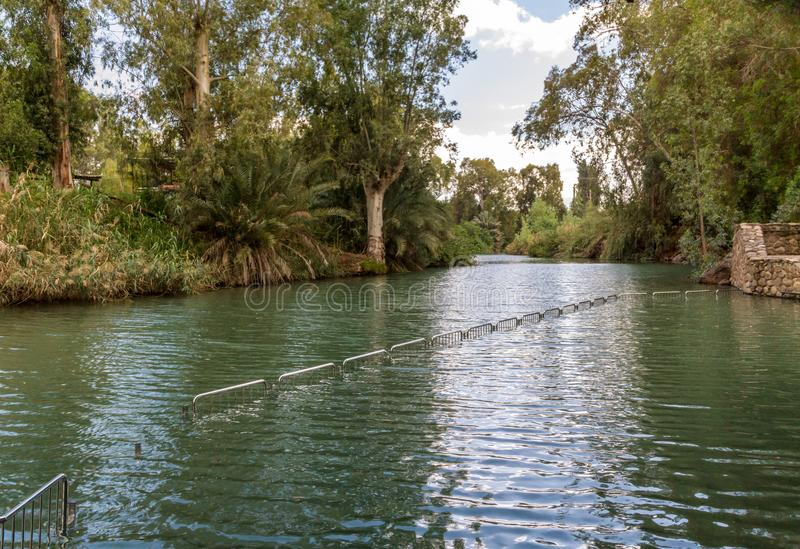 Ufer von Jordan River am Tauf- Standort, Israel stockfotos