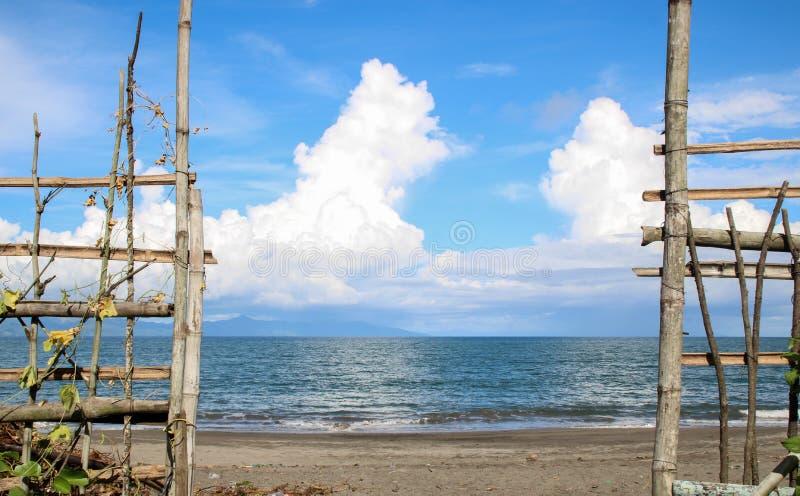 Ufer von NATO-Strand einen Bambuszaun in den Philippinen zeigend stockbild