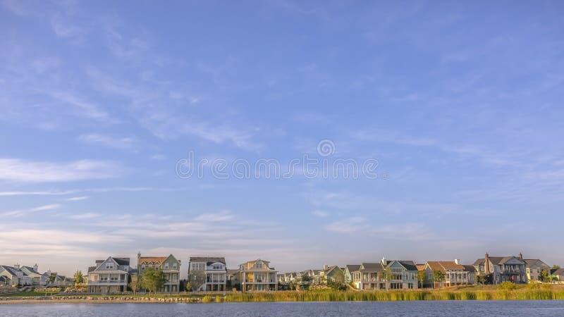 Ufer von Oquirrh See mit Häusern unter bewölktem Himmel lizenzfreie stockfotos