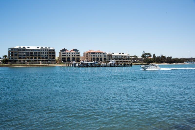 Ufergegend, die mit Jachthafen lebt stockbilder