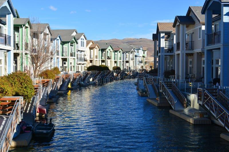Ufergegend-Dorf von Häusern stockfoto