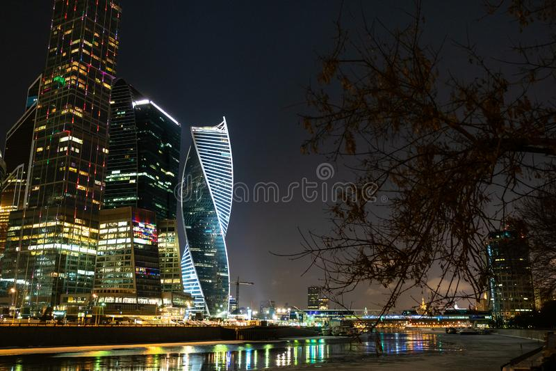 Ufergegend nahe Moskau-Stadt nachts Winter lizenzfreie stockfotos