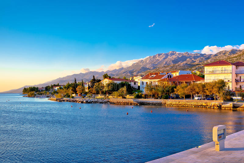 Ufergegend Starigrad Paklenica am Sonnenuntergangspanoramablick lizenzfreies stockfoto