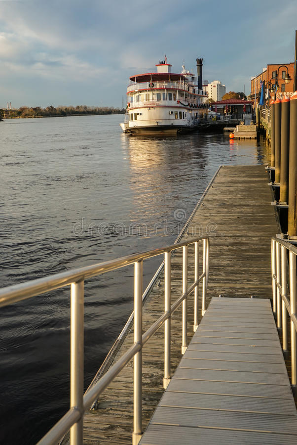 Ufergegend und Fluss Wilmingtons NC gehen, Kap-Furchtfluß lizenzfreie stockfotografie