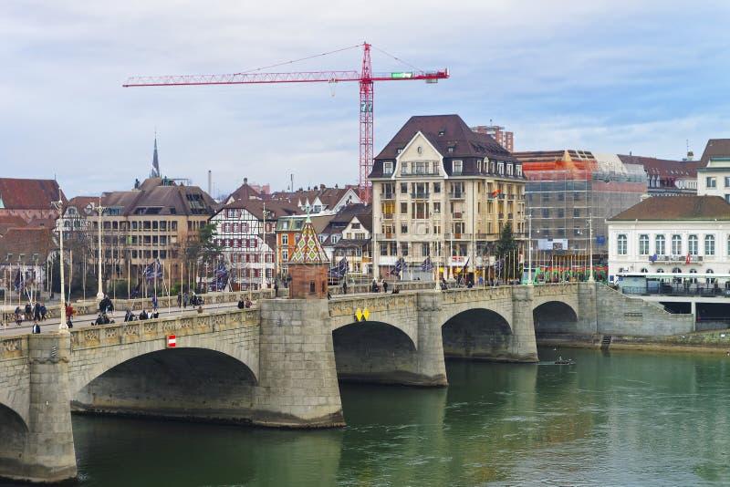 Ufergegend zentraler Rhein-Brücke in der alten Stadt von Basel lizenzfreie stockfotografie