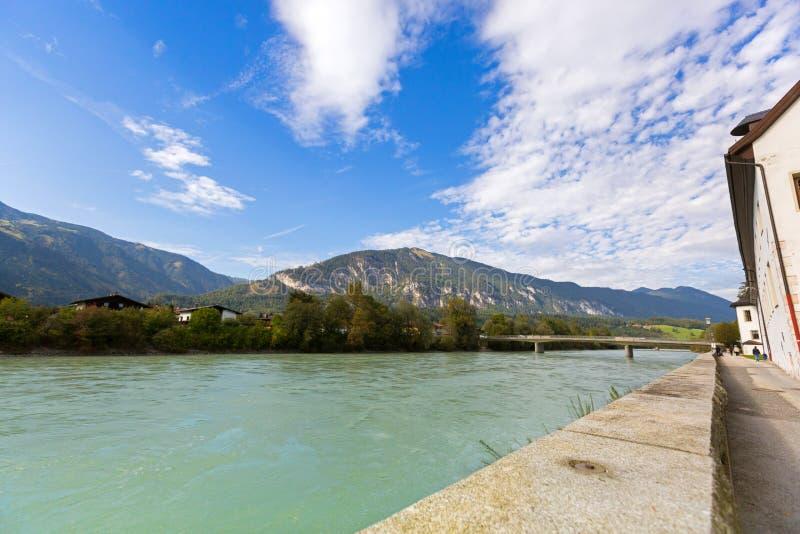 Ufergegendansicht von Gasthausfluß entlang Gasthauspromenade mit Berg, lizenzfreie stockfotos