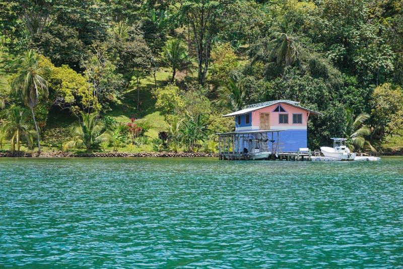 Ufergegendeigentum mit tropischem Haupt-overwater lizenzfreie stockbilder