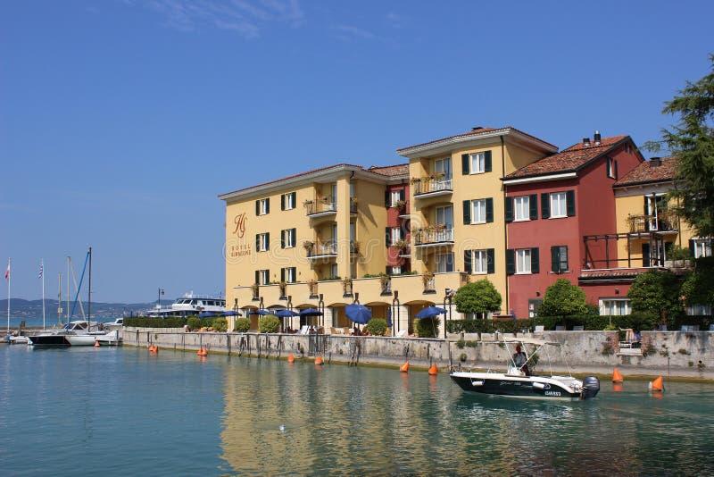 Ufergegendgebäude des kleinen Bootes, Sirmione, Italien lizenzfreie stockbilder