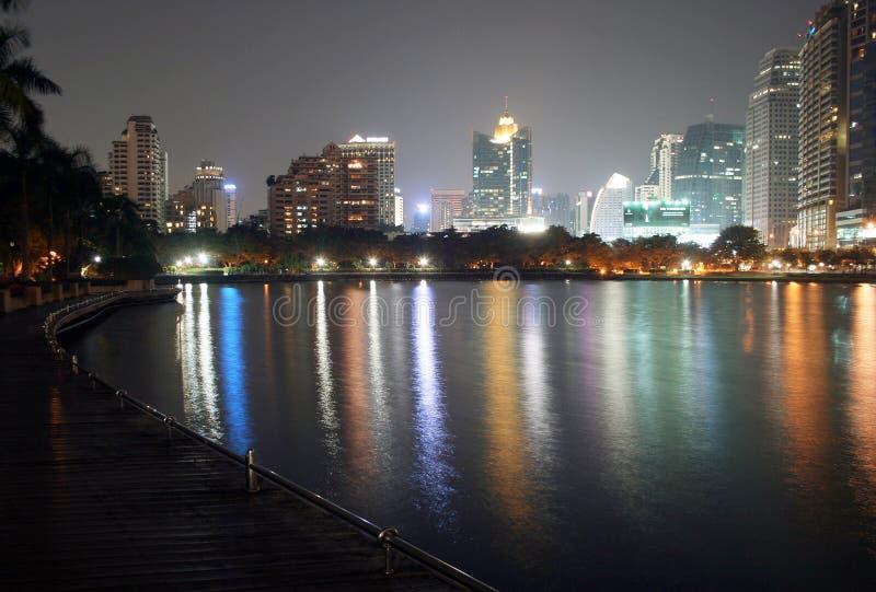 Ufergegendgehweg und farbige helle Nacht lizenzfreies stockfoto