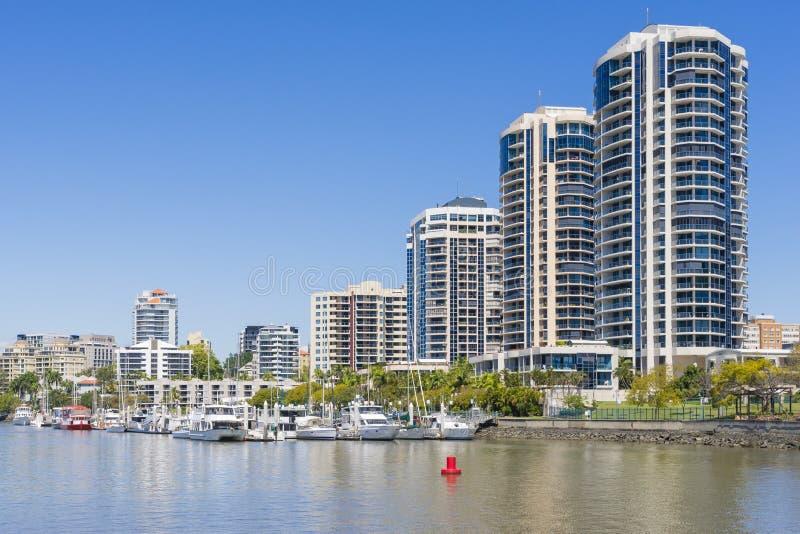Ufergegendwohnungen und -jachthafen in Brisbane lizenzfreies stockbild
