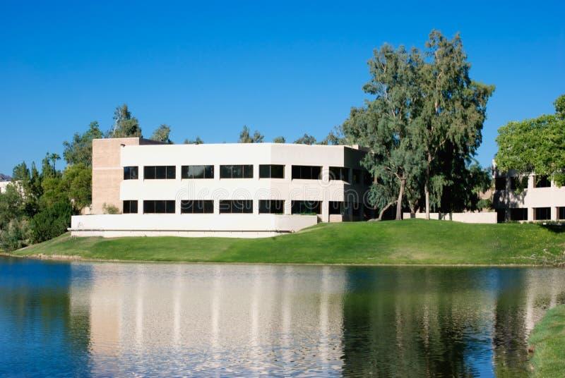 Uffici moderni attraverso il lago fotografia stock libera da diritti