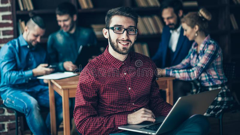 Ufficiale della societ? con il computer portatile sui precedenti dell'affare fotografia stock