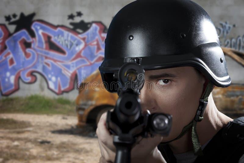 Ufficiale di polizia che mira un fucile da caccia immagine stock libera da diritti