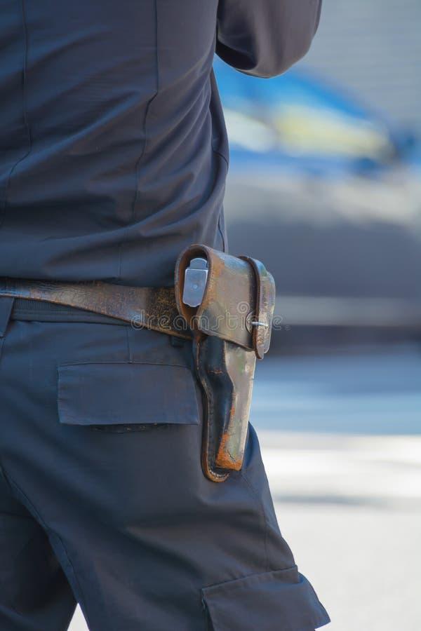 Ufficiale di polizia con il sidearm immagini stock